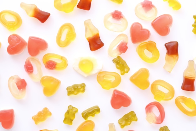흰색 표면에 고립 된 콜라 심장 계란 반지 곰과 거미 사탕