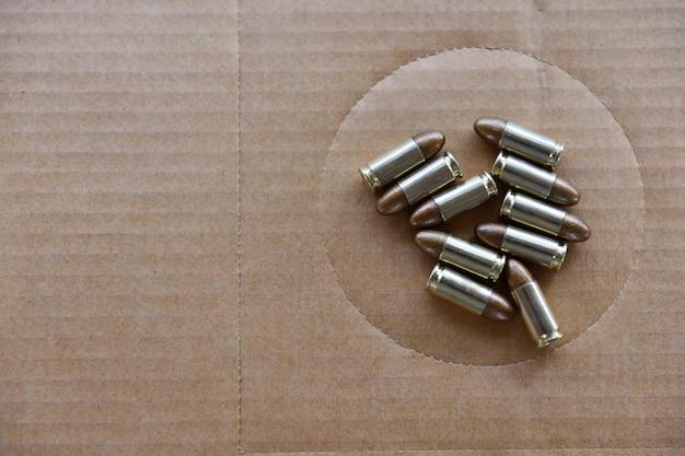Боеприпасы пушки размещены на целевой бумаге