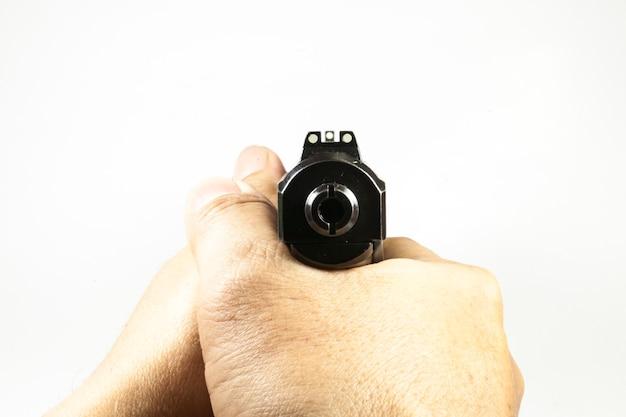 Пистолет и снукер игры на белом фоне