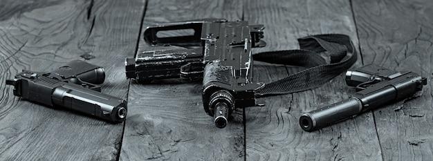 銃と2つのピストル銃器テロ