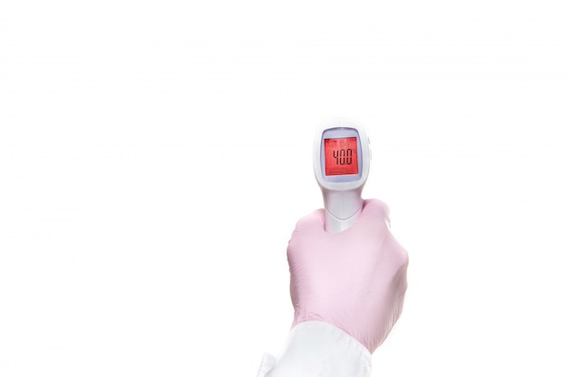 Пистолетный электронный медицинский термометр показывает результат 40,0 по цельсию.