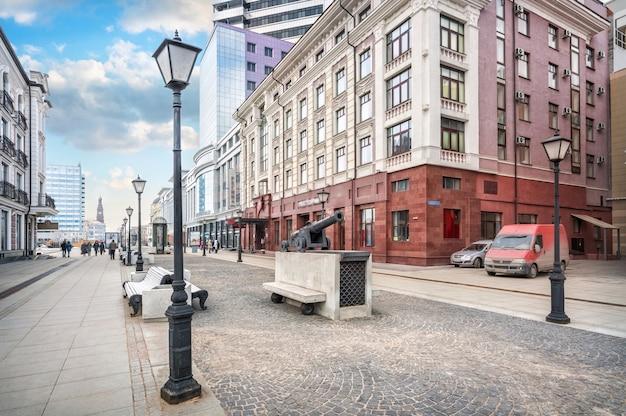 카잔의 petersburgskaya 거리에 있는 총 조각, 등불 및 벤치