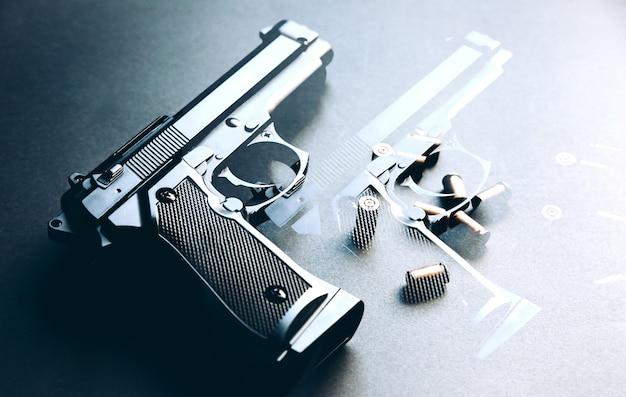 Пистолет с пулями, лежащими на столе. легализация оружия. криминальные проблемы.