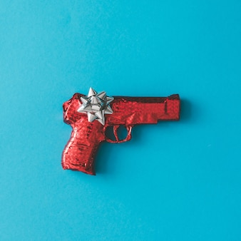 파란색 표면에 활과 붉은 종이에 싸서 총