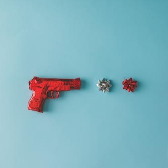 파란색 표면에 리본으로 붉은 종이에 싸서 총