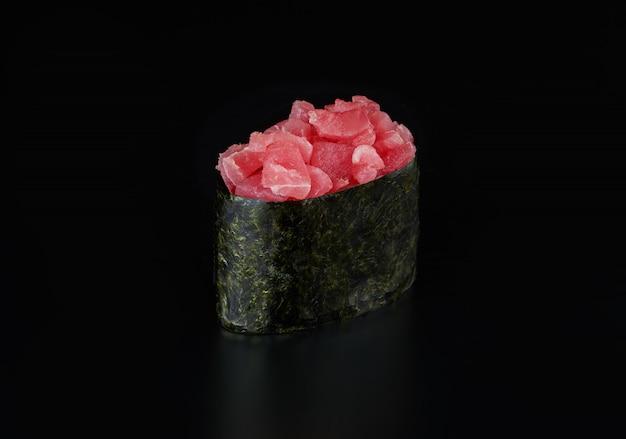 分離されたマグロの軍艦巻き寿司