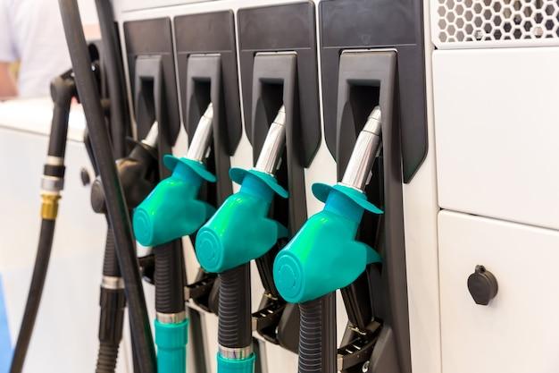 ガソリンスタンドのクローズアップで銃、誰も。車の給油。署名されていない燃料ピストル