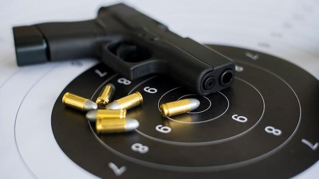 종이 대상에 탄약이있는 총