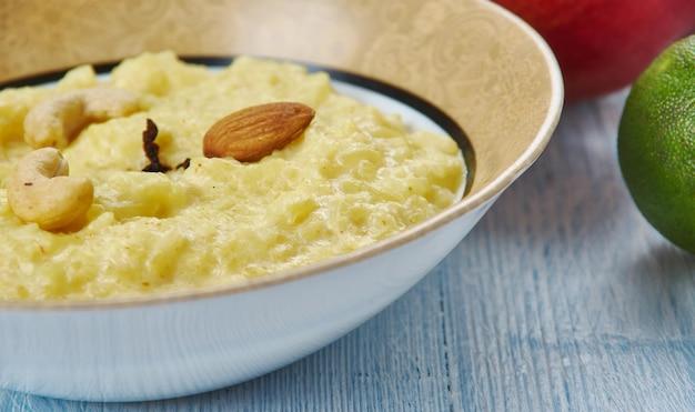 Гурер пайеш, рисовый пудинг, бенгальская кухня, традиционные азиатские блюда-ассорти, вид сверху.