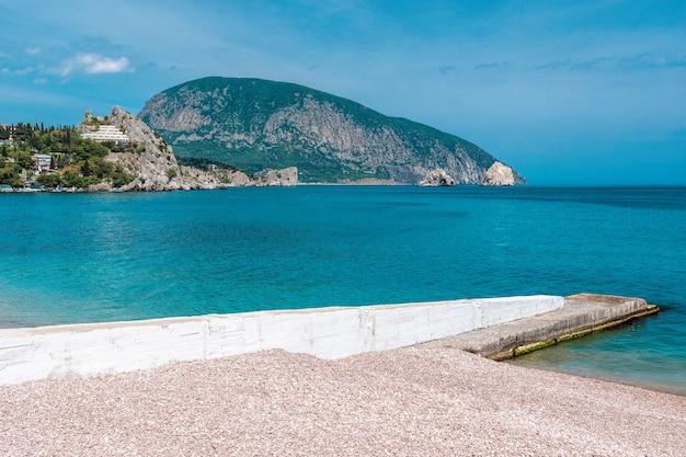Курорт гурзуф с галечным пляжем и горой аюдаг крым