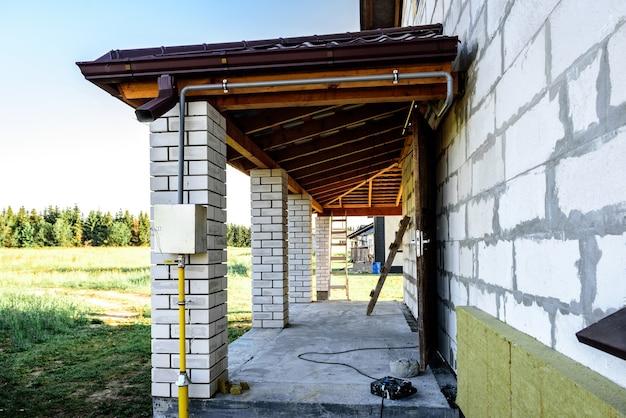 금속 지붕 용 거터 시스템.