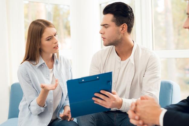 남자와 여자는 부동산 구매에 대해 이야기하고 있습니다. 프리미엄 사진