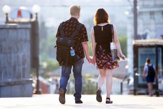 街の通りを一緒に歩く男と女