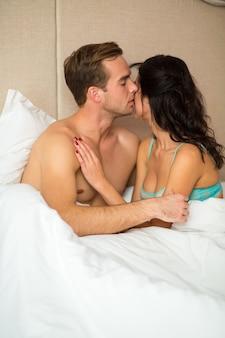 Парень и девушка в постели.