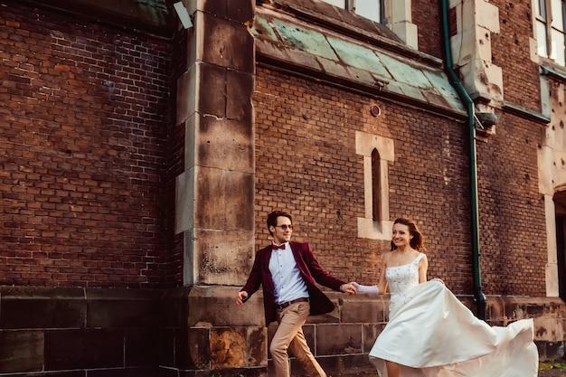 お祝いの服を着た男と女が中庭を歩く