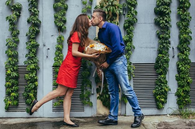 デートの恋愛カップルの男と女