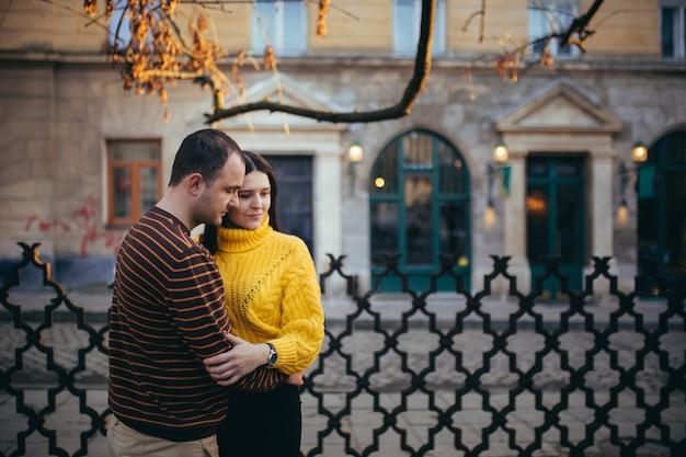 Парень и девушка в любви пара на свидании