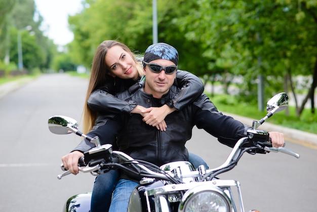 バイクに乗る男と女。