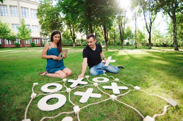 屋外で遊ぶ男と女。