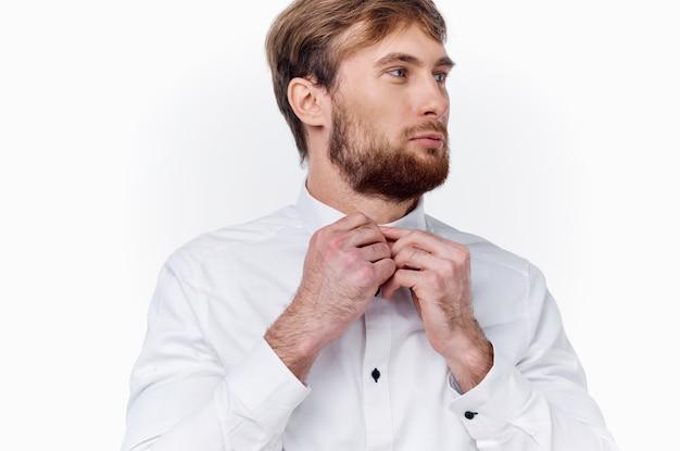 Парень блондин в светлой рубашке на белом фоне