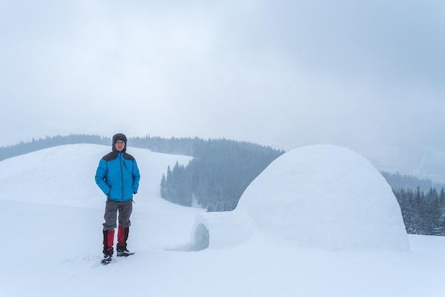 가이는 산에 이글루를 지었습니다. 하이킹의 겨울 모험. 흐린 날의 풍경