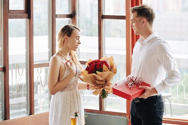 Парень дарит подарки на свидание