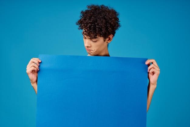 青いバナー広告コピースペース孤立した背景を保持している男