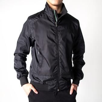 Парень в черной весенне-осенней куртке.