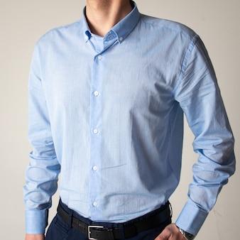 Парень в синей классической рубашке.