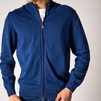 Парень в синей куртке с замком.
