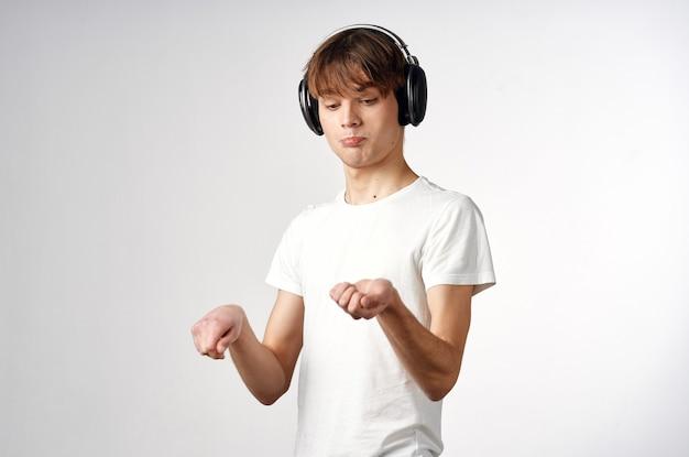 ヘッドフォンの男は音楽エンターテインメント技術を聞く