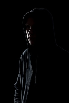 Парень в капюшоне с капюшоном в темноте