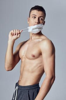 医療マスクトレーニング運動スポーツ体格の男