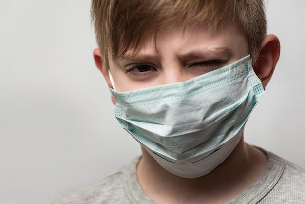 サージカルマスクの男。医学教育のコンセプトです。医者になるための研究