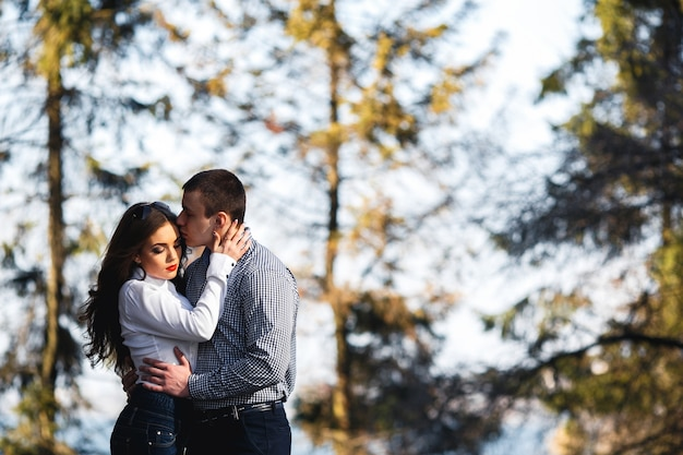 Парень целовать свою подругу с размытым фоном