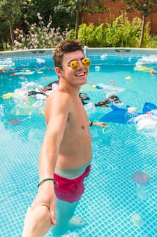 남자는 쓰레기와 함께 수영장에서 리드.