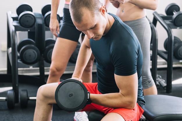 체육관에서 남자 운동 아령