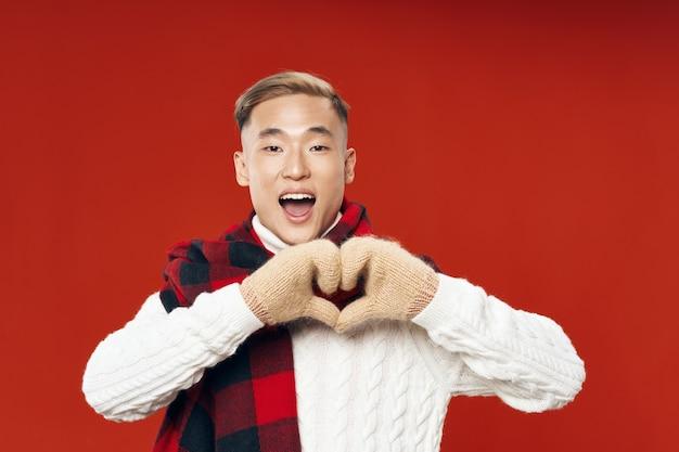 赤い男は彼の手と暖かい服で心を示しています