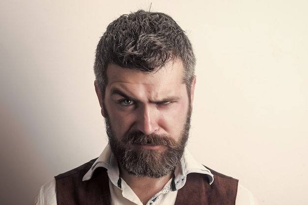 남자 또는 수염 난 남자. 세련된 헤어 수염과 소식통. 이발사 패션과 아름다움. 긴 수염과 심각한 얼굴에 콧수염을 가진 남자.