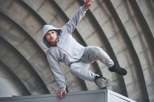 Il ragazzo del parco all'aria aperta pratica parchi, adrenalina alta.