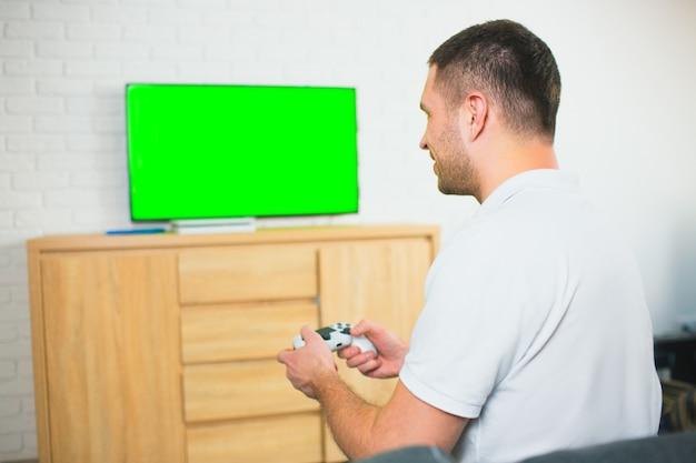 게임 패드를 사용하여 혼자 게임하는 사람