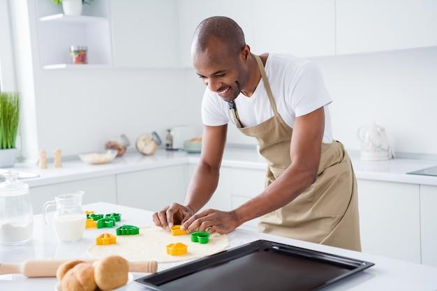 Парень готовит поделки ручной работы ручной работы закусочный пирог торт печенье в современном интерьере домашней кухни
