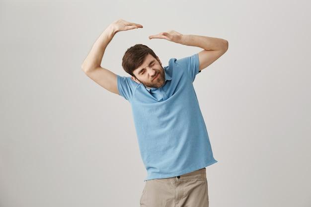 Ragazzo alzando le mani sopra la testa