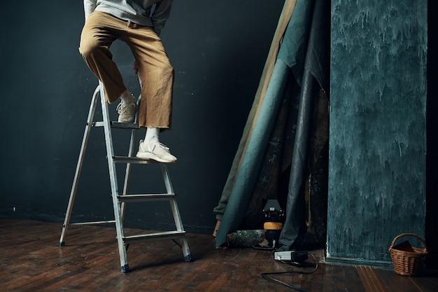 男は階段スタジオのライフスタイルの改修に立っています