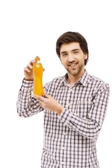 Парень предлагает выпить газировки