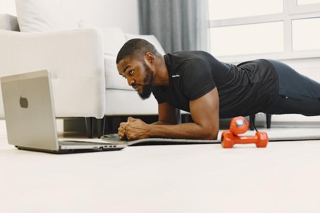 自宅での男トレーニング 無料写真