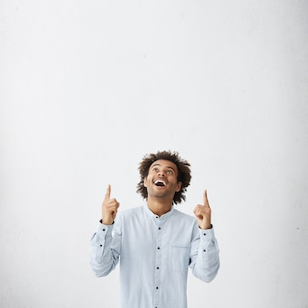 白いエレガントなシャツを着て上向きに笑顔で見ている男