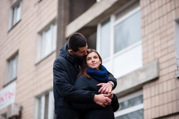 Парень с девушкой обнимаются на улице