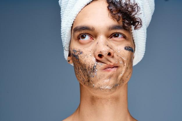 그의 머리 화장품 피부 관리 근접 촬영에 수건을 가진 남자