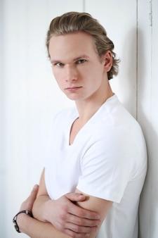 ブロンドの髪と白いシャツの男
